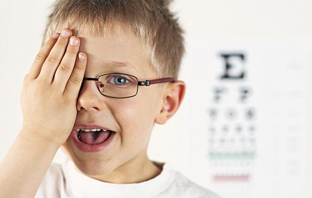 Kun lapsi ei näe kunnolla, on varattava aika silmälääkärille.