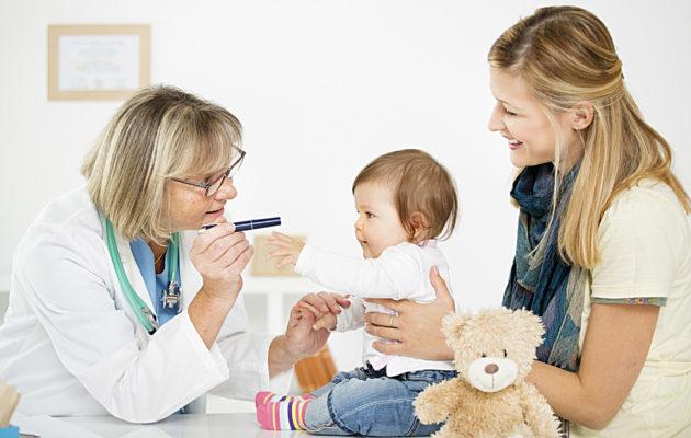 Jos pieni lapsi ei näe kunnolla, hän ei muodosta katsekontaktia hänen kanssaan kommunikoivaan ihmiseen.