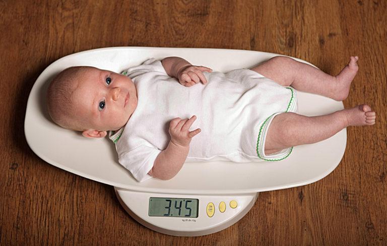 Vauvan paino on asia, jota tarkkaillaan raskauden aikana aktiivisesti.