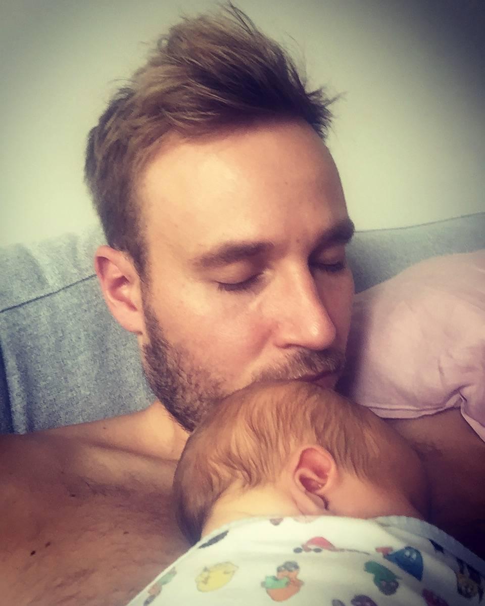 Juuso Mäkilähde vauvansa kanssa