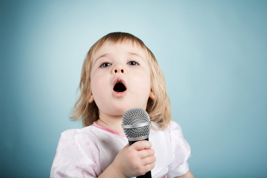 Lasten suussa laulujen sanat muotoutuvat joskus varsin hauskoiksi.