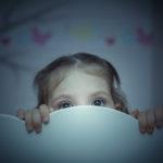 Miten auttaa lasta, joka pelkää mörköä sängyn alla?