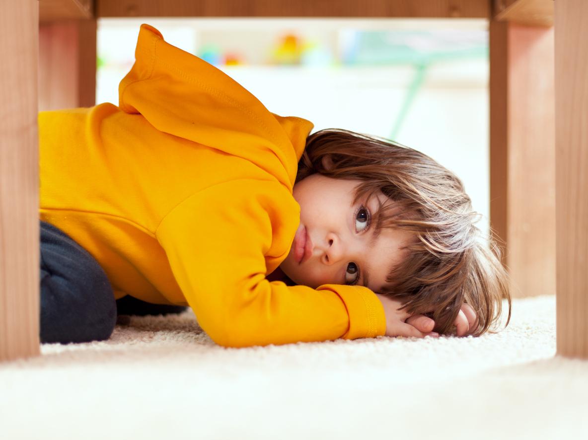 Lapsi pelkää talonmiestä, voiko se johtua mustista saappaista?