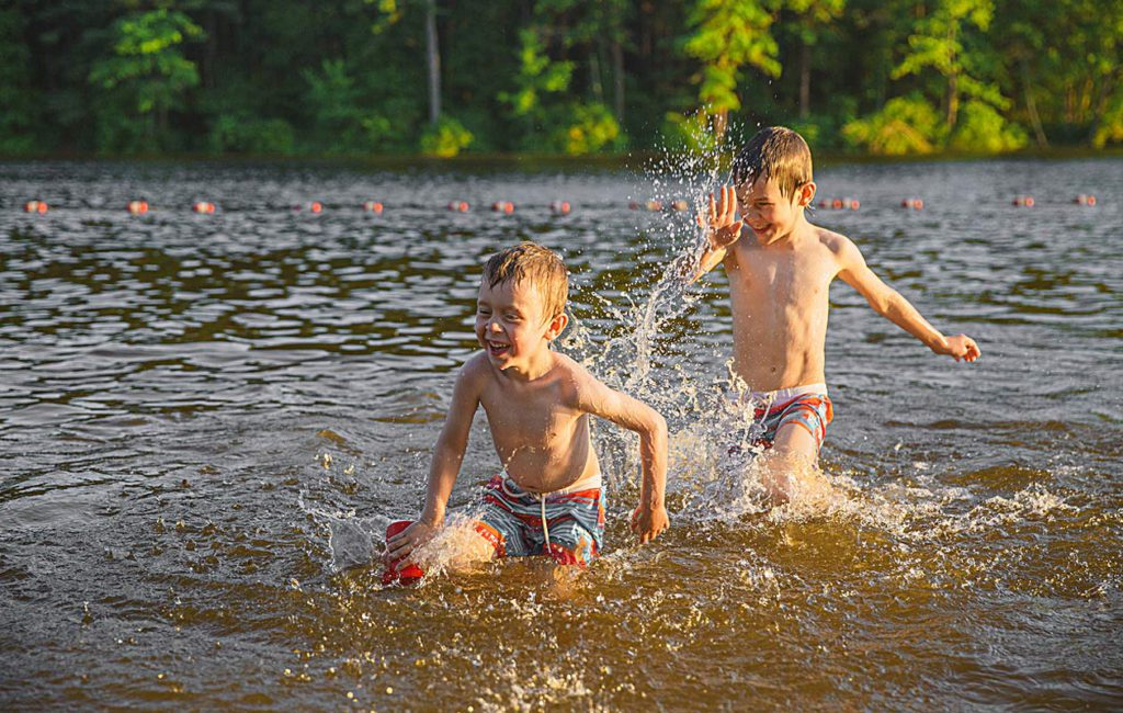 Pärjääkö lapsi yksin uimarannalla? Pohdi asiaa näiden seikkojen kautta!