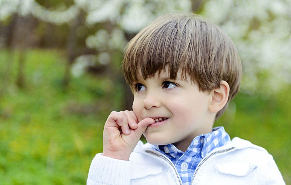 Lapsi pureskelee kynsiään helposti esimerkiksi jännittävissä tilanteissa – aivan kuten aikuinenkin.