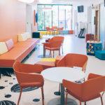 Ajanvarauspoliklinikalla vuoroa odotetaan oranssissa aulassa.