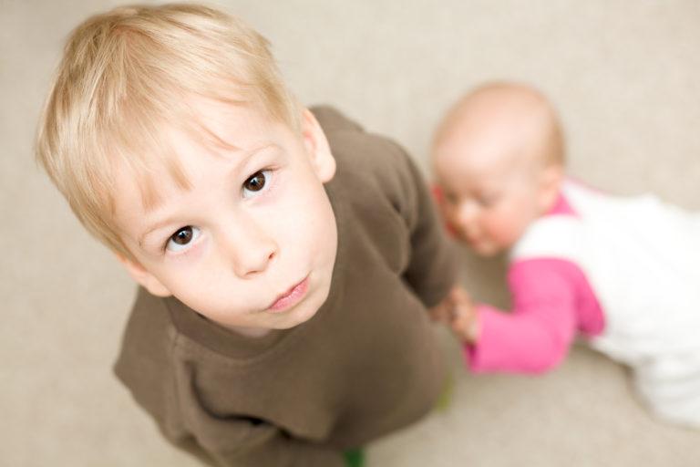 Miten lapsen saa hyväksymään perheeseen tulleen vauvan?