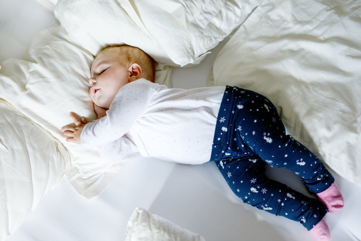 Puolivuotias vauva nukkuu