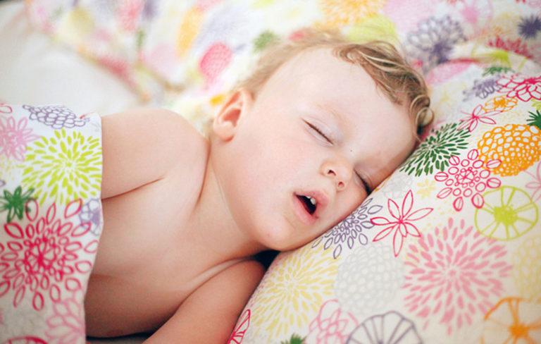 lapsi nukkuu suu auki