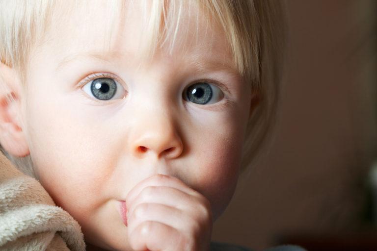 Peukalon imeminen on pienille lapsille luontaista.