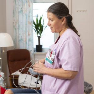 Kätilö Salla Ström asuu sairaalan lähellä ja tekee usein lisävuoroja, jos osastolla tarvitaan lisäkäsiä.