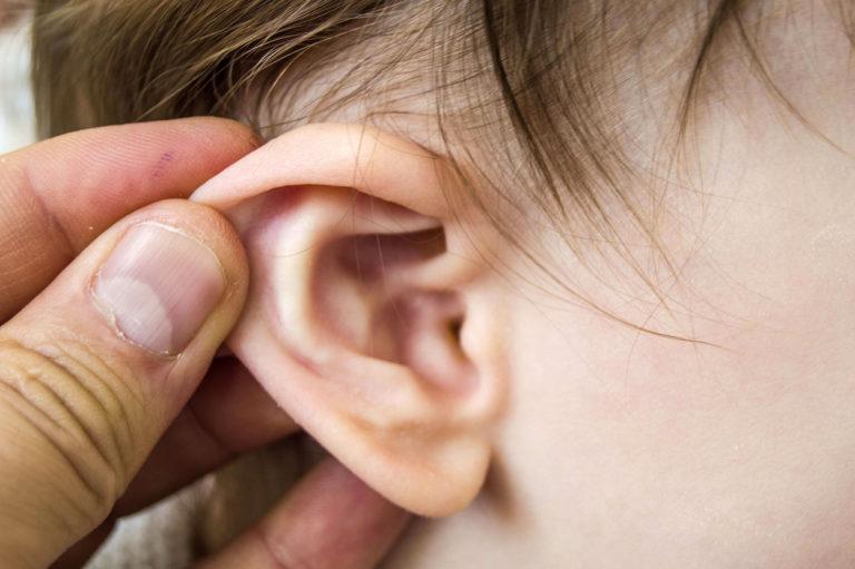 Lapsen korvaa tutkitaan tulehduksen varalta.