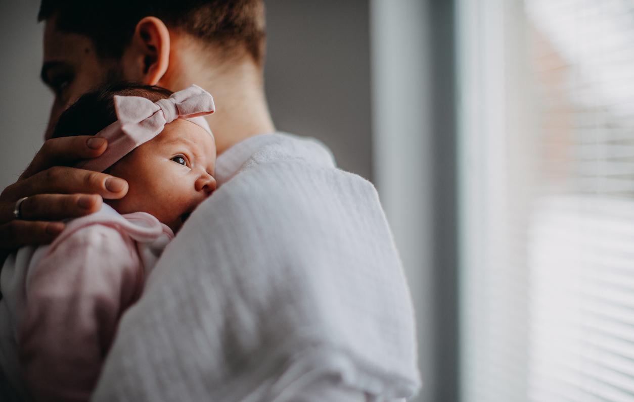 Tyttövauva isän sylissä.