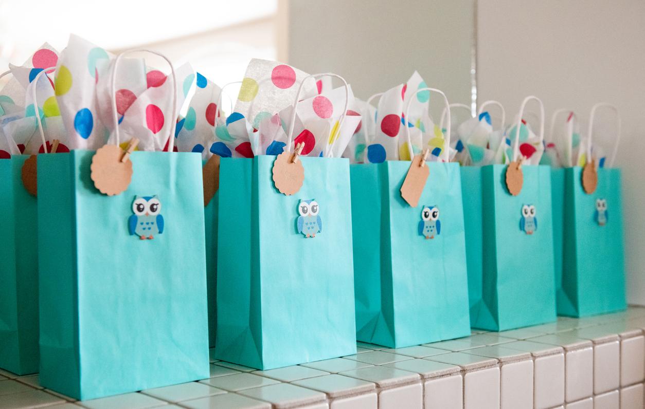 Roskaa? Lasten lahjapusseja syntymäpäivillä.