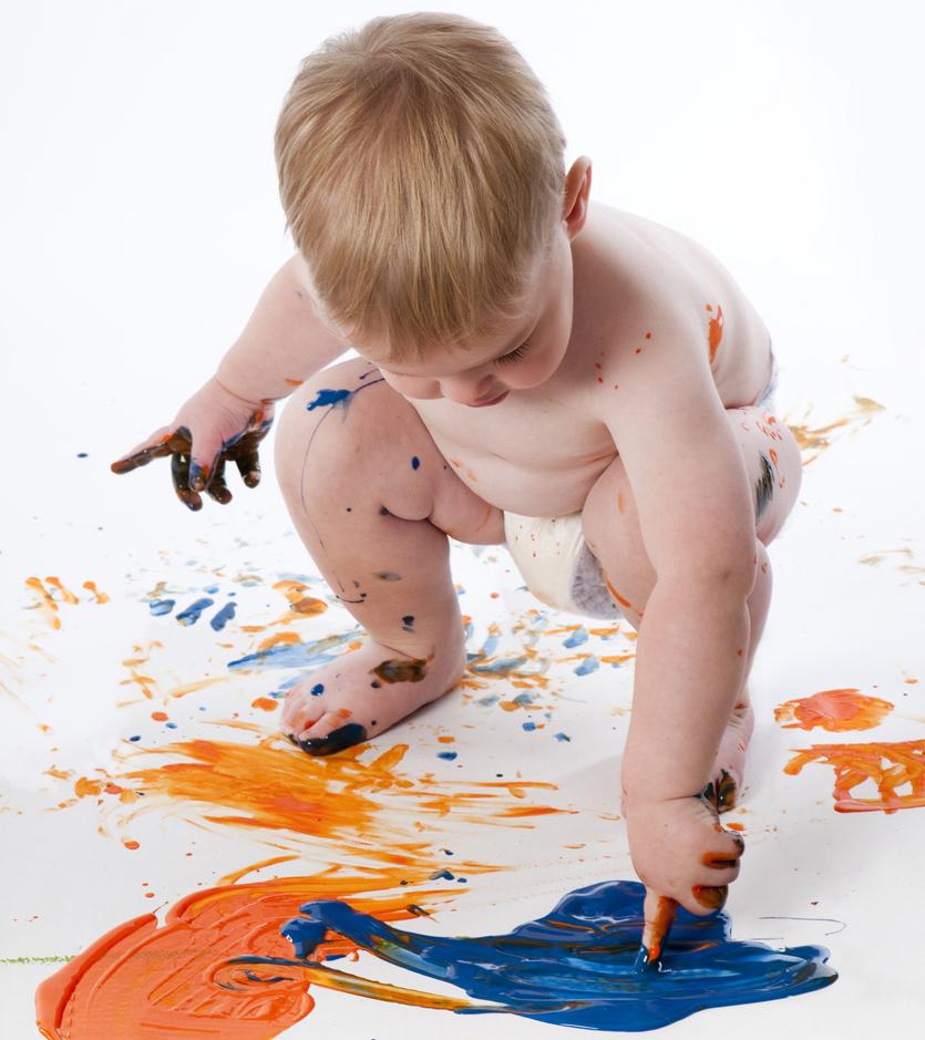 Vauva tutustuu väreihin sormimaaleilla.