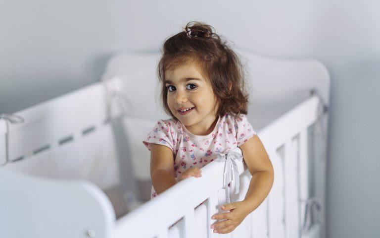 Alle 3-vuotiaan yöt sujuvat usein parhaiten pinnasängyssä.