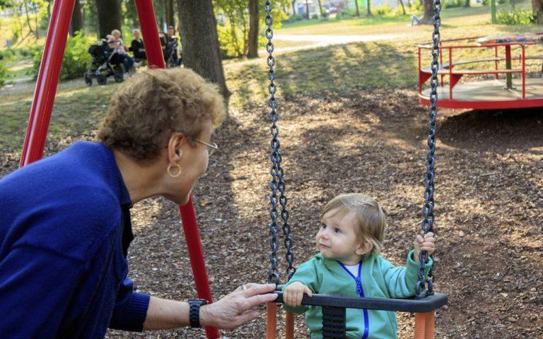 On luonnollista, ettäisovanhempi hoitaa lasta. Hoitoapua kannattaa pyytää kaikilta lapsen mummoilta ja papoilta.