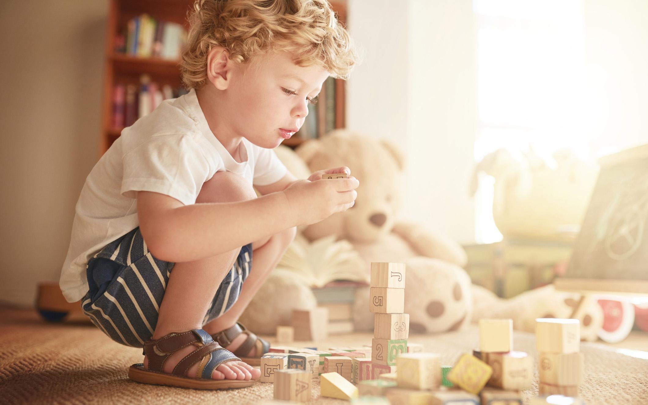 2-vuotias leikkii mielellään esimerkiksi palikoilla.