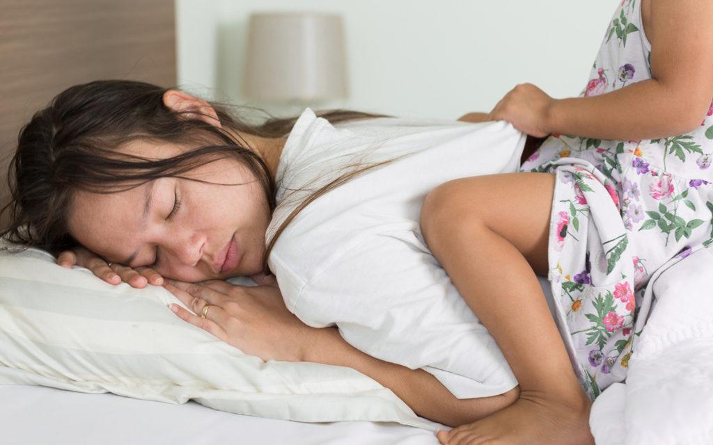Se, että taapero herää liian aikaisin, voi johtua niin valosta, päivärytmista kuin myös siitä, että lapsi odottaa aamupiirrettyjä.
