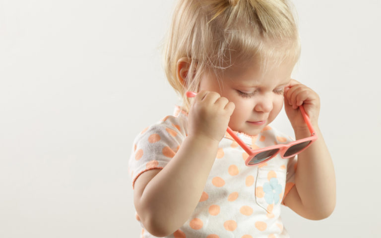 Pientä lasta voi motivoida aurinkolasien käyttöön omalla esimerkillä ja kehuilla.