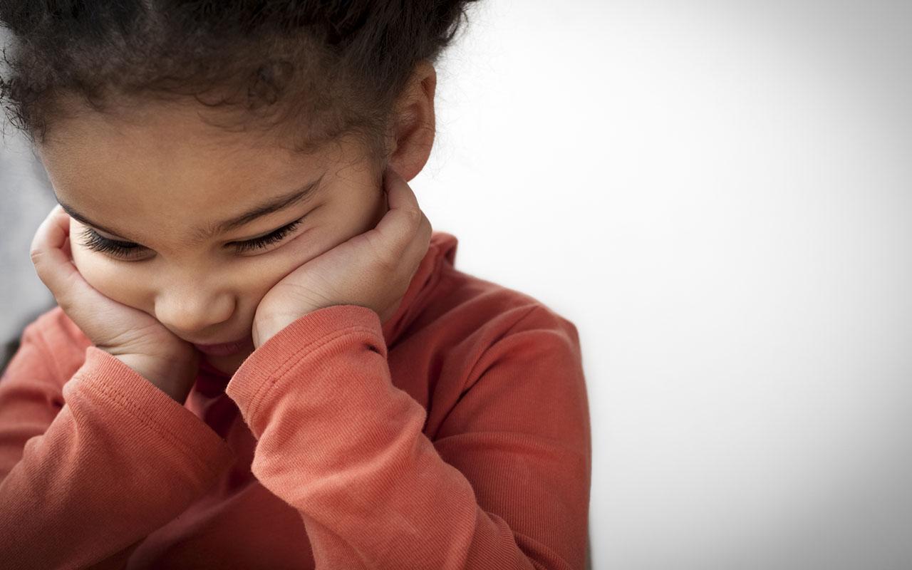 Korona ja tapaamiste huolestuttavat nyt monia erovanhempia. Pieni tyttö on allapäin.