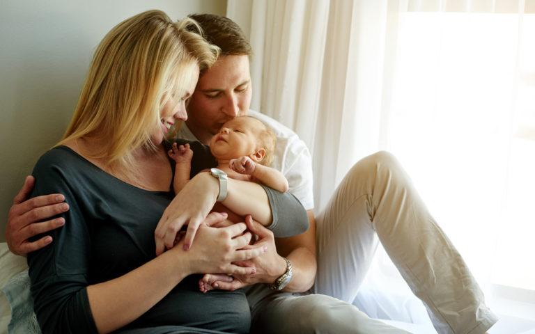 Jos varhainen kotiutuminen on mahdollista, molemmat vanhemmat pääsevät hoitamaan vastasyntynyttä.
