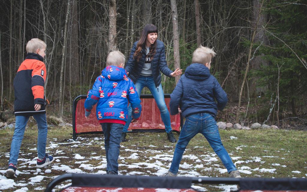 Niin Erkkilöiden perheen esikoinen, kolmospojat kuin vanhemmatkin harrastavat jalkalloa.