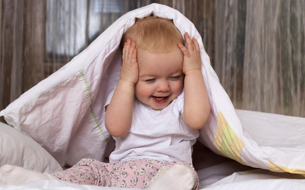 Vauvan leikit: kukkuu-leikki on monen vauvan suosikkileikkejä.
