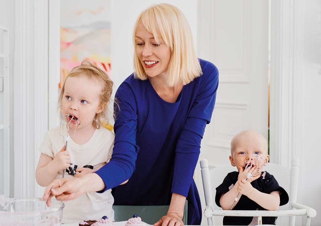 Outi Väisänen kannustaa kokeilemaan samaa ruokaa vauvalle ja muulle perheelle.