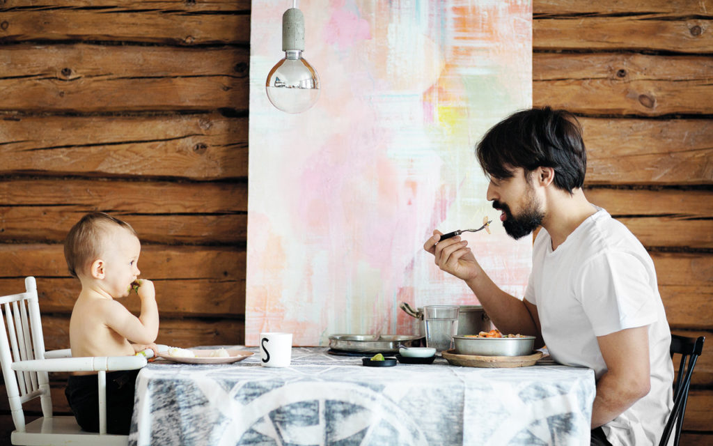 Siitä, että koko perheellä on yhteinen ateria, on hyötyä sekä vauvalle että vanhemmille.