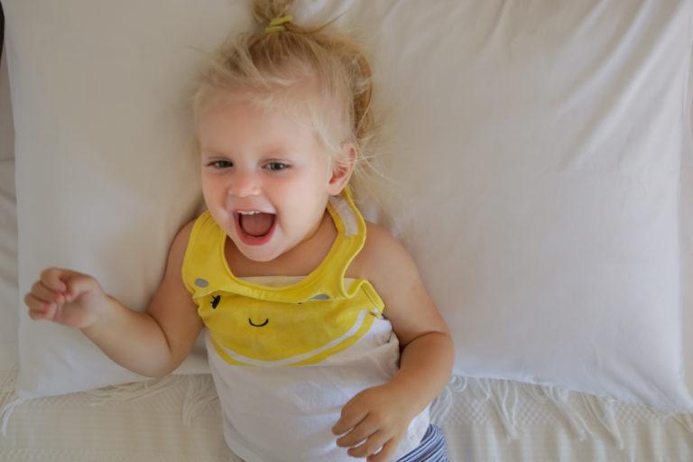 2-vuotias on löytänyt peroonastaan pikkuapurin ja vahvan tahdon.