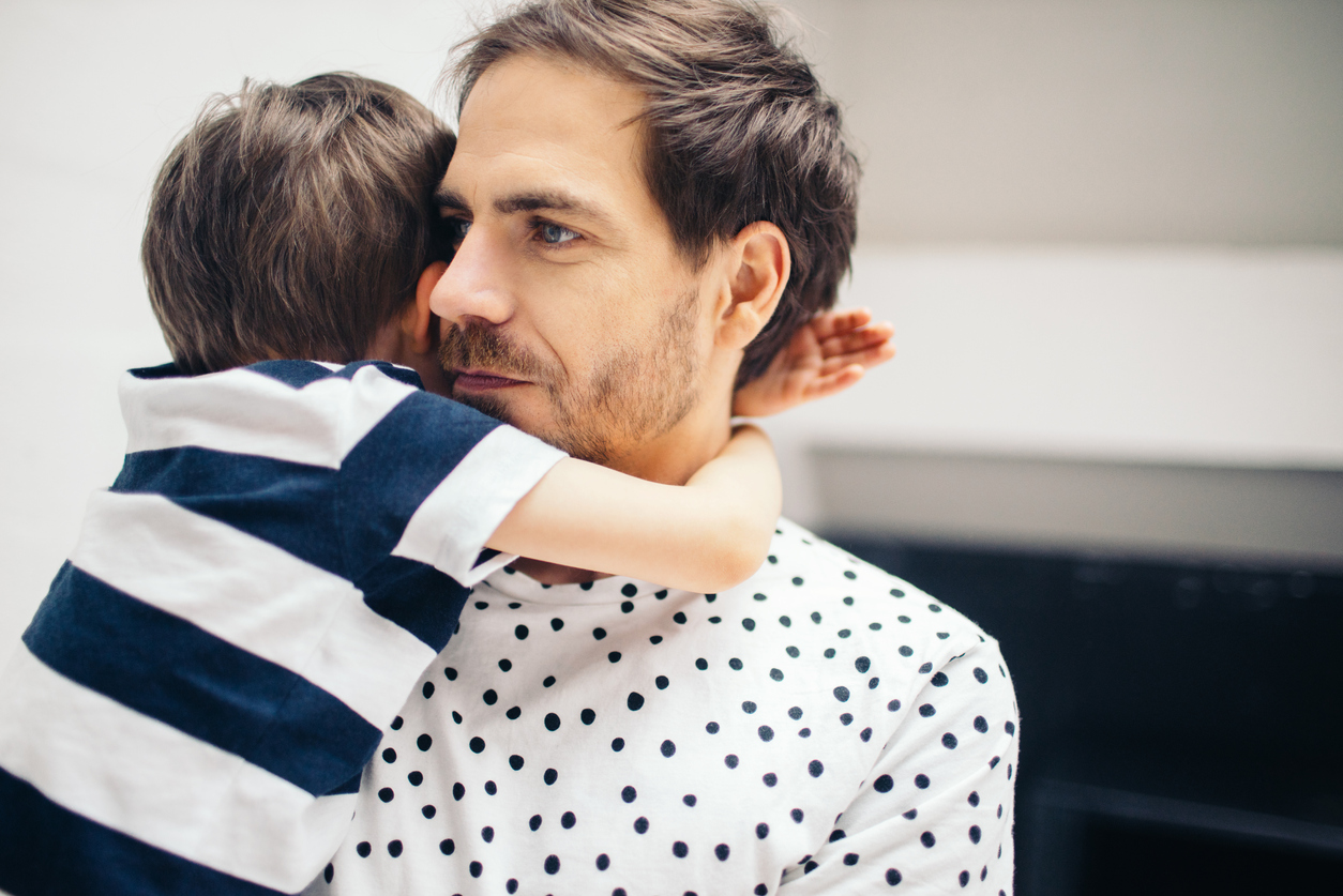 2-vuotias voi yhä tavallisesti jännittää vieraita ihmisiä ja pelätä joutuvansa eroon vanhemmistaan.