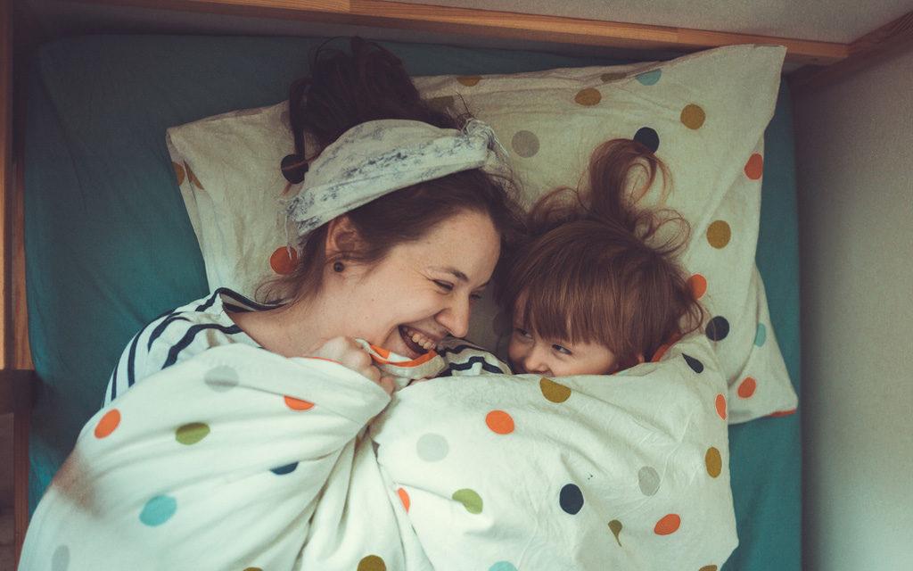 Lapsen pelko voi helpottua huumorin avulla.