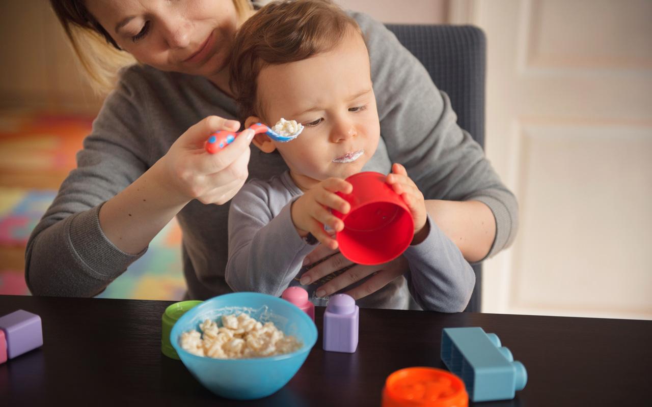 Joskus lelut ruokapöydässä voivat auttaa pientä lasta istumaan ruokailuhetkessä paikoillaan.