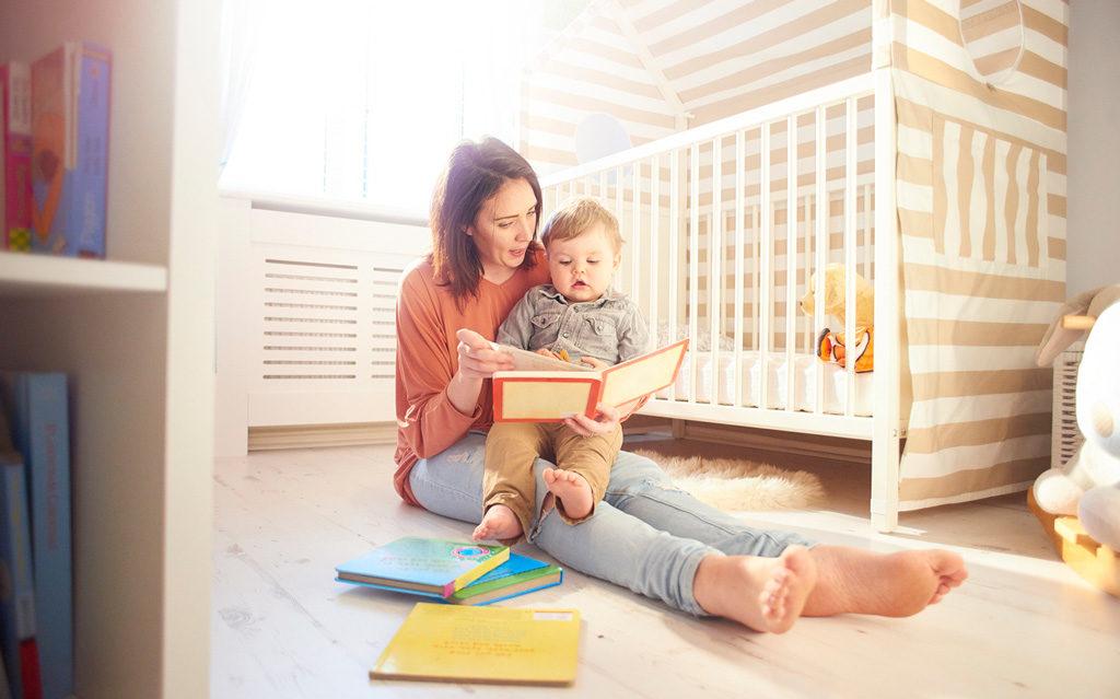Kuuden kuukauden iässä on usein helppo siirtää vauva omaan huoneeseen nukkumaan.