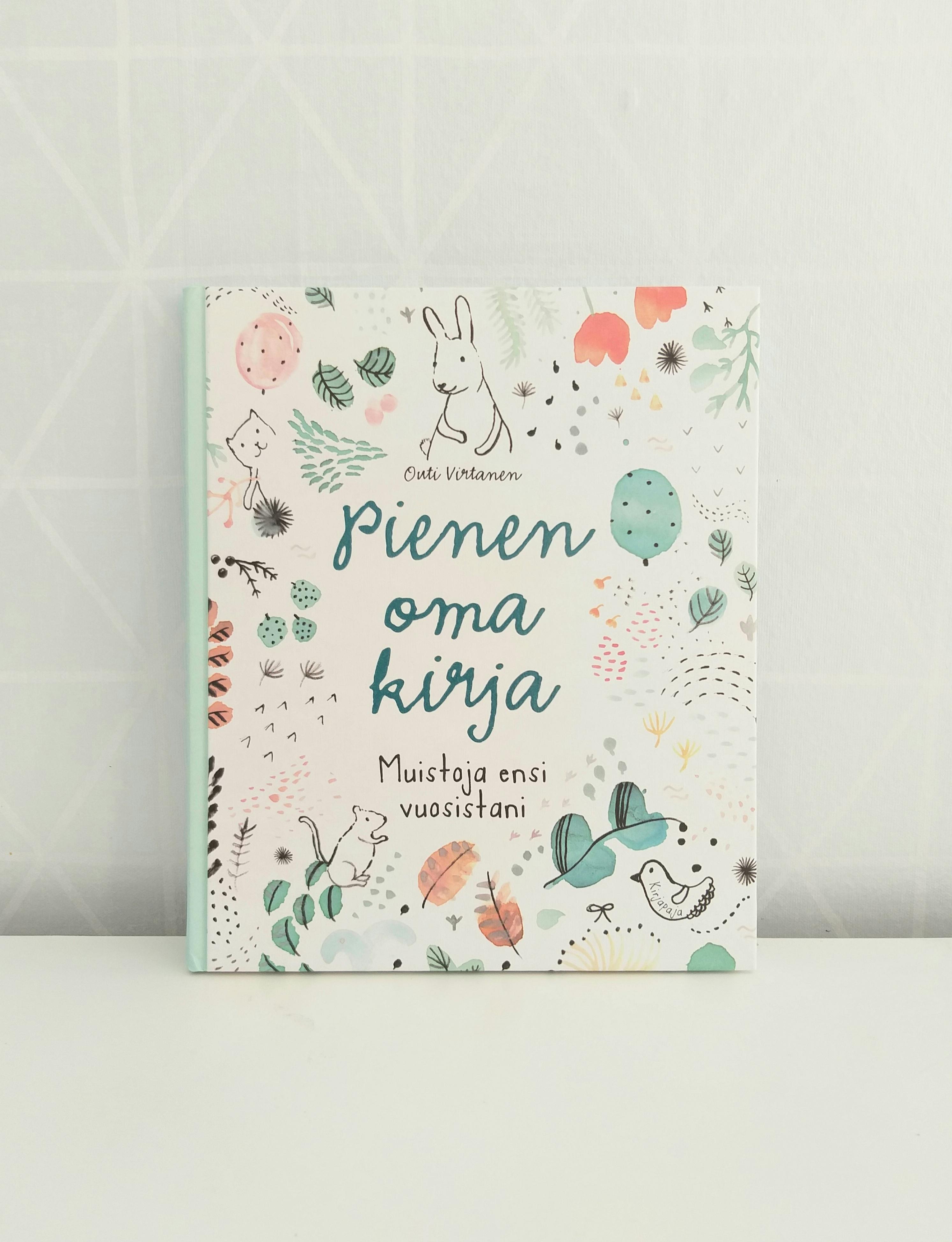 Vauvakirja kauniilla, luontoaiheisella kuvituksella.