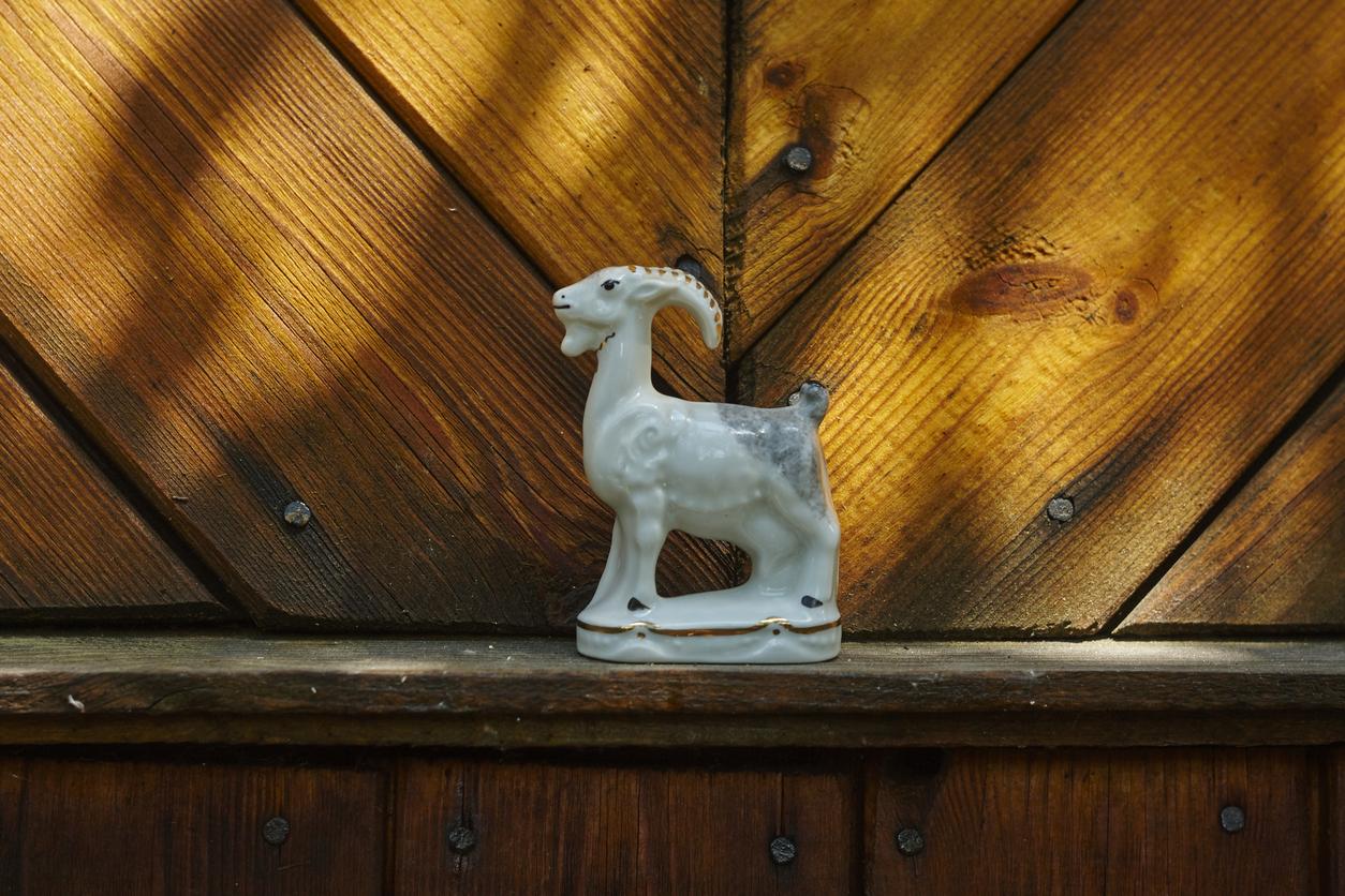 Pölyinen koriste-esine muistuttaa rakkauden hekumasta.