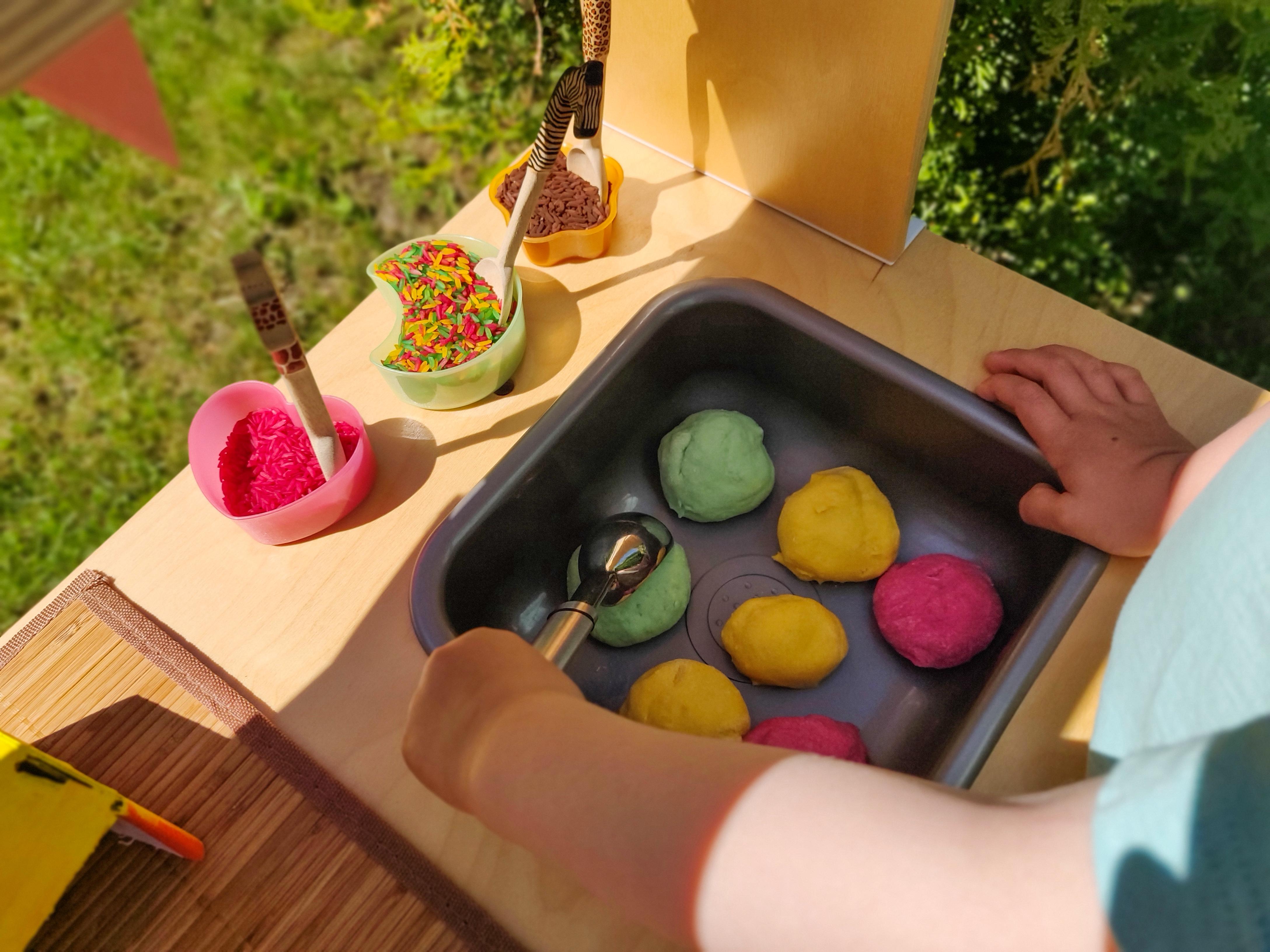 Jäätelöleikki on hauskaa puuhaa lapsille muihinkin hetkiin kuin kesäpäiviin. Kuvassa eri värisiä, muovailtuja jäätelöpalloja.