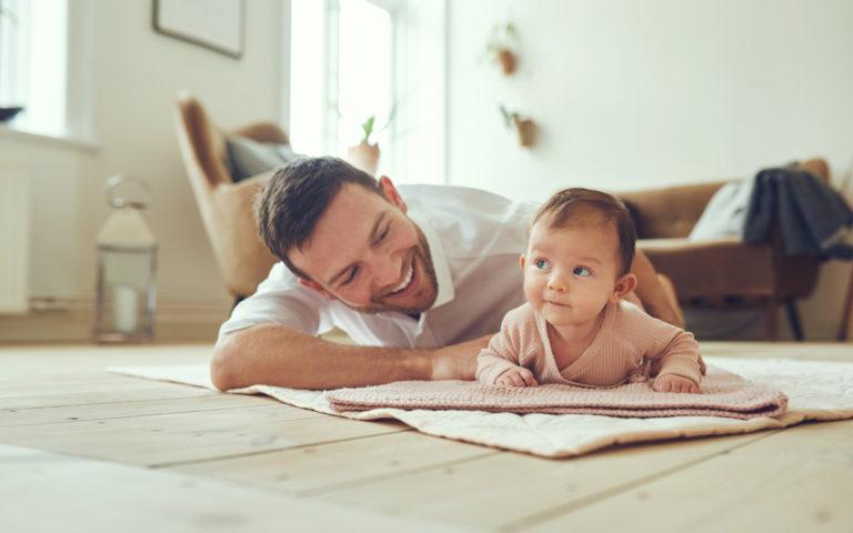 Isän sanavarasto laajenee nopeasti ensimmäisten kuukausien kuluessa.