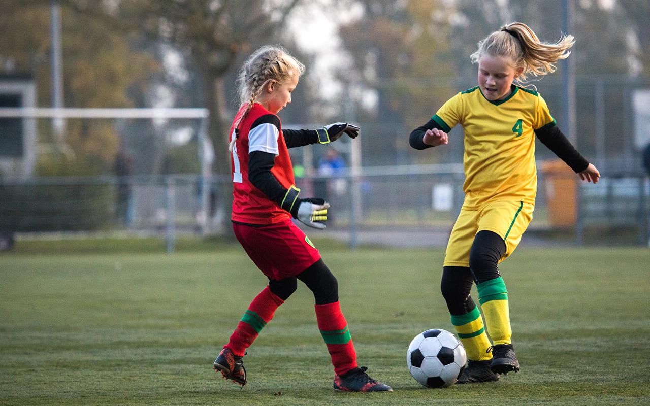 Jalkapalloa on mahdollista harjoitella paljolti ulkotiloissa.