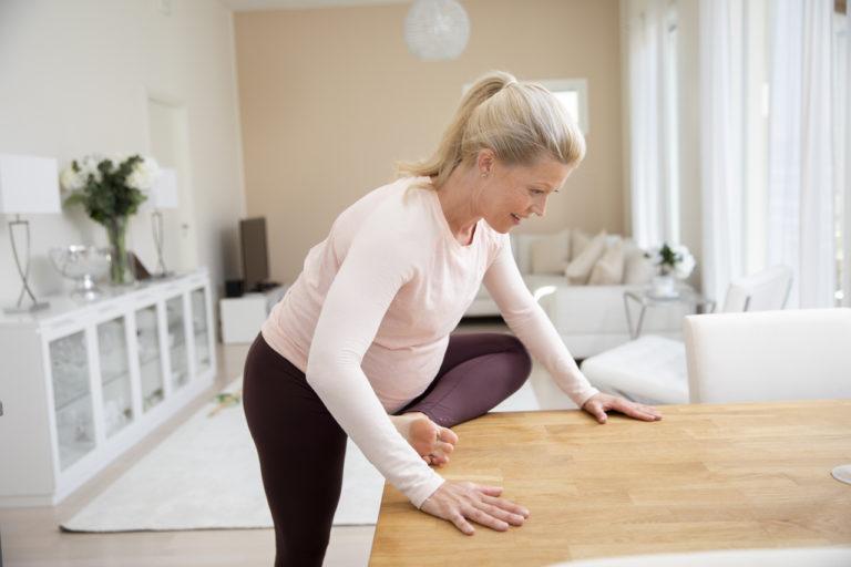 Venytysliikkeitä raskauteen: pakara korokkeella