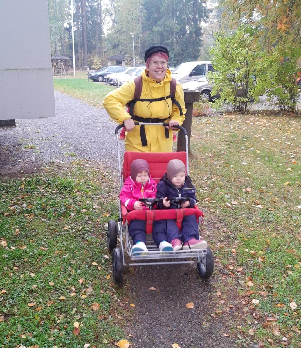 Monikkoperhe retkellä. Ilman kolmoskärryjäkin voi liikkua, jos kaksi lasta istuu rattaissa ja yksi kantorepussa.
