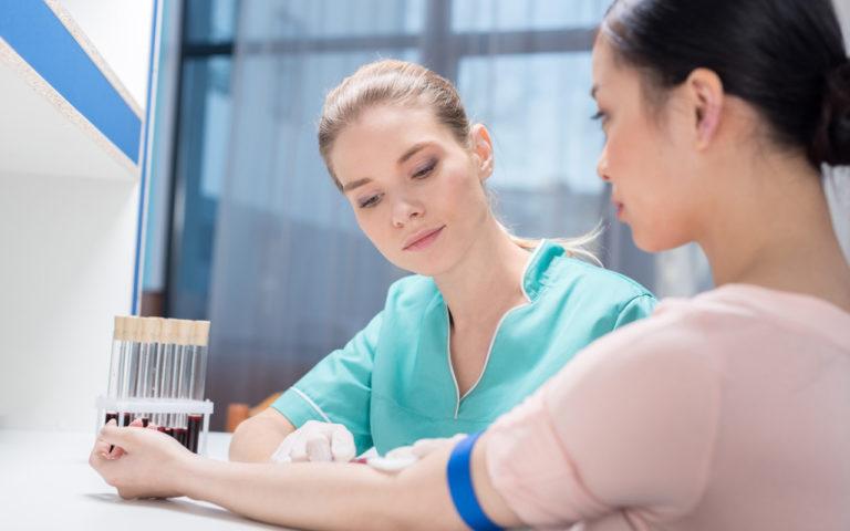 Sokerirasituskoe sisältää verikokeiden ottoa.