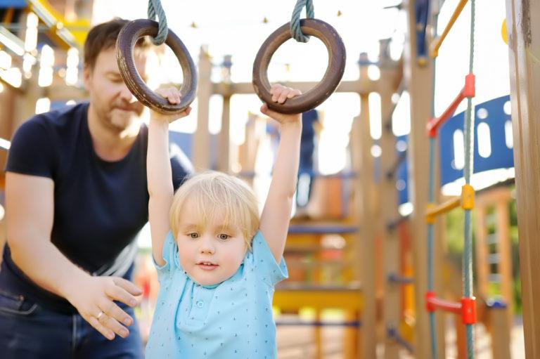 Vanhemmat kyllä oppivat näkemään, onko omalla lapsella itsesuojeluvaistoa, sanoo liikuntatieteen tohtori.