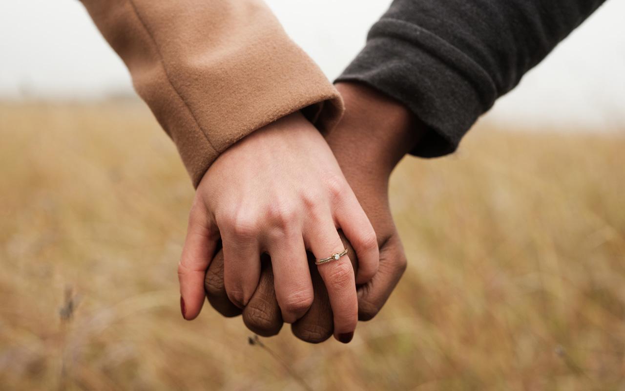 Sukunimen valinta voi osoittaa kuulumista tiettyyn sukuun: joko omaan tai puolison.