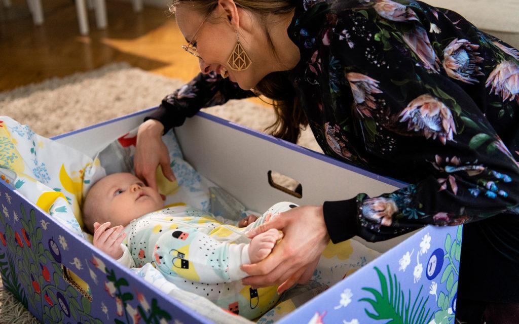 Äitiyspakkaus 2021 sisältää runsaasti eläinaiheisia vaatteita.