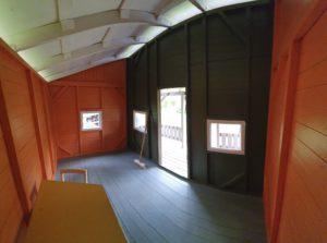 Leikkimökin rakentaminen on saatu päätökseen, mutta sisätilat vielä odottavat kalusteita.