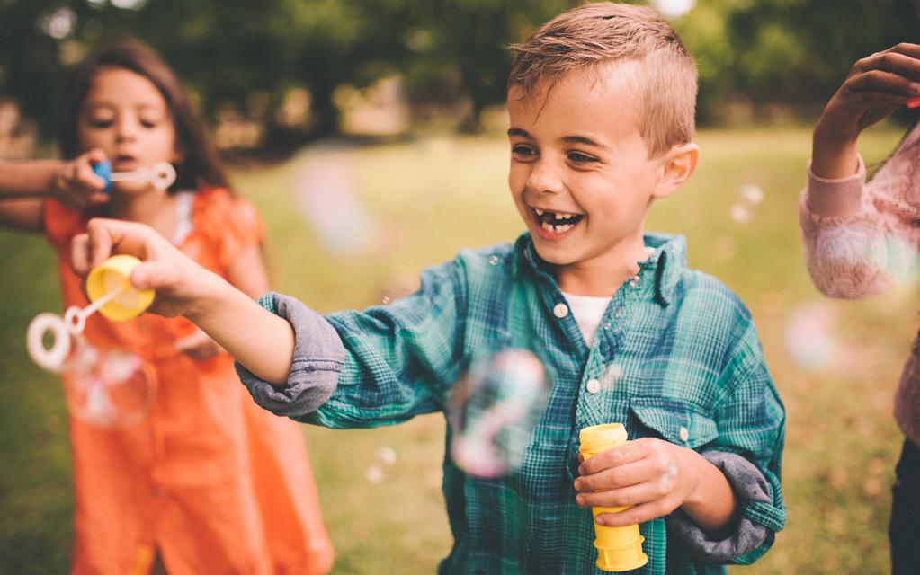 Lapsen synttärit ulkona: saippuakuplien puhaltaminen on hauska ohjelmanumero.