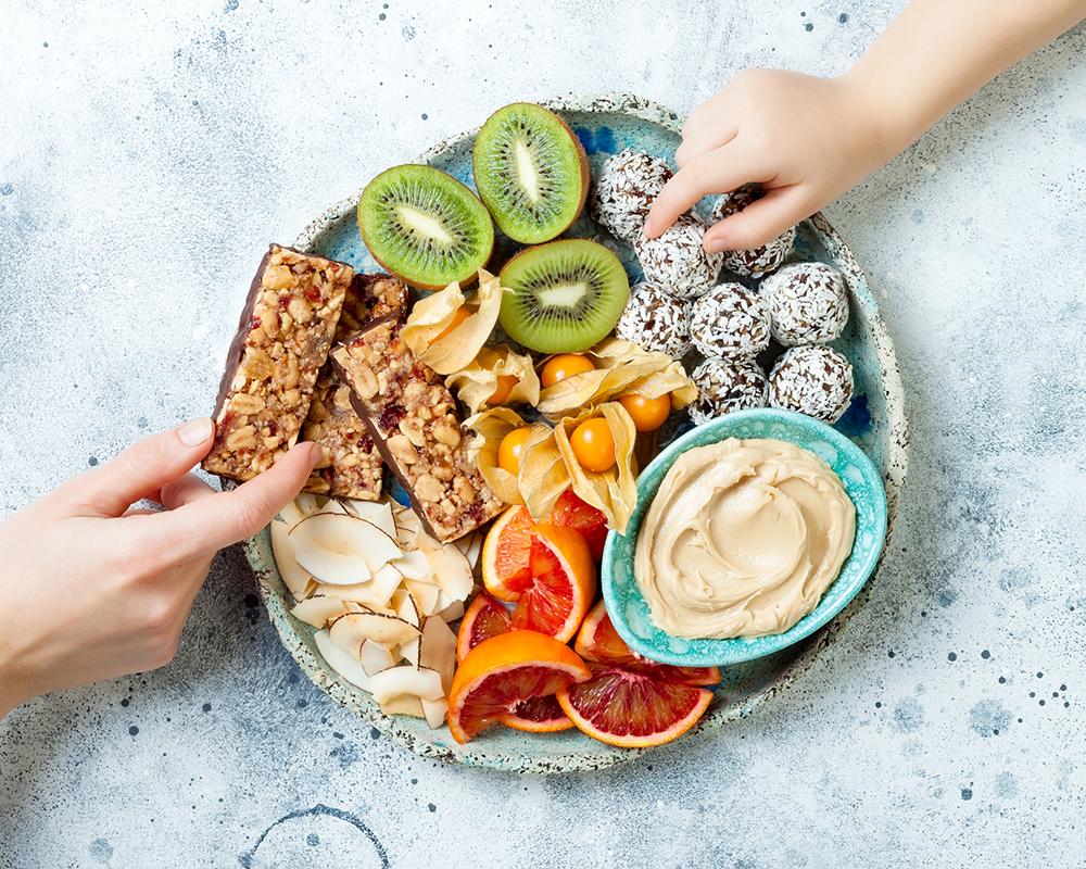 Terveellinen välipala syntyy hedelmistä ja pähkinädipistä.