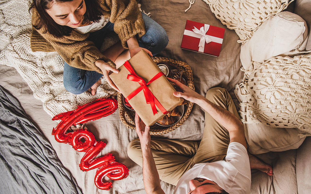 Treffi-ideoita voi kirjata pakettiin, jonka antaa lahjaksi. Kuvassa pariskunnat antavat toisilleen lahjapaketit.